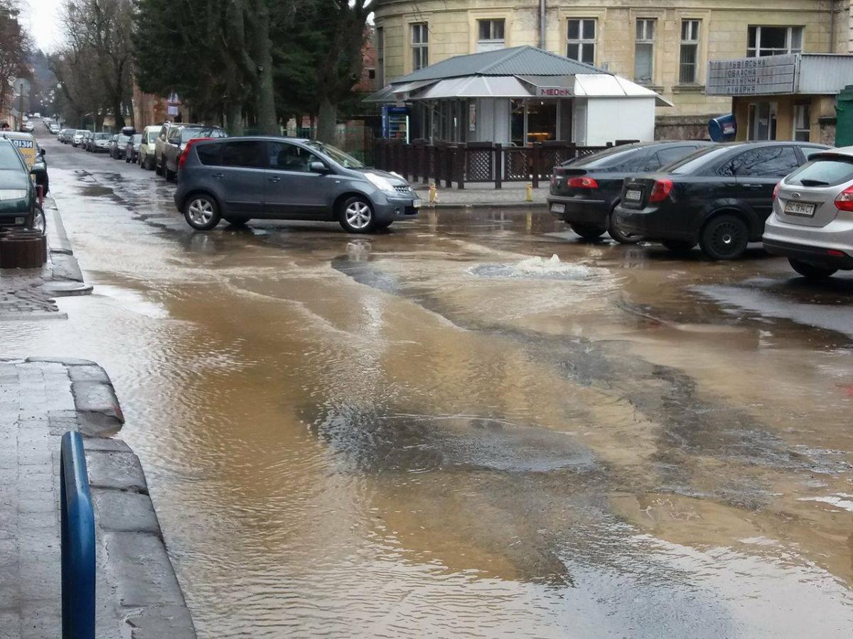 Біля обласної лікарні вода затоплює вулицю