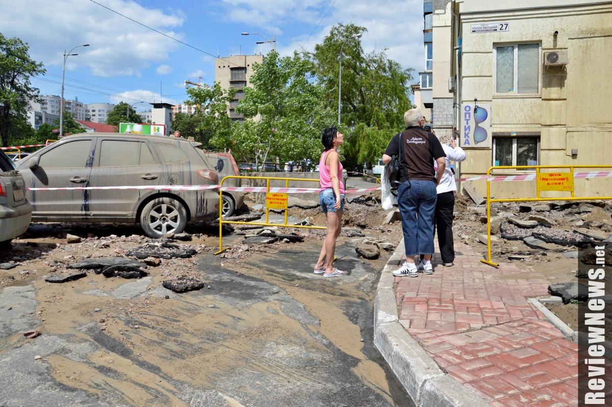 УКиєві прорвало трубу, фонтаном води потрощило техніку тажитло