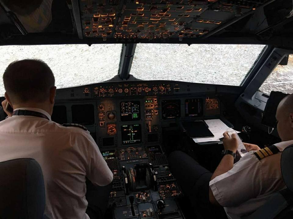 Українські пілоти майже наосліп посадили літак, який побило величезним градом