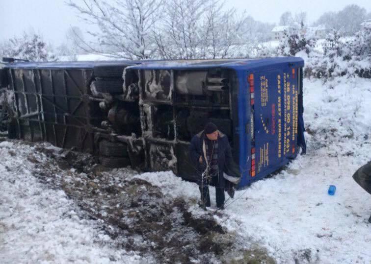 Автобус «Львів-Трускавець» з'їхав вкювет і перекинувся наЛьвівщині