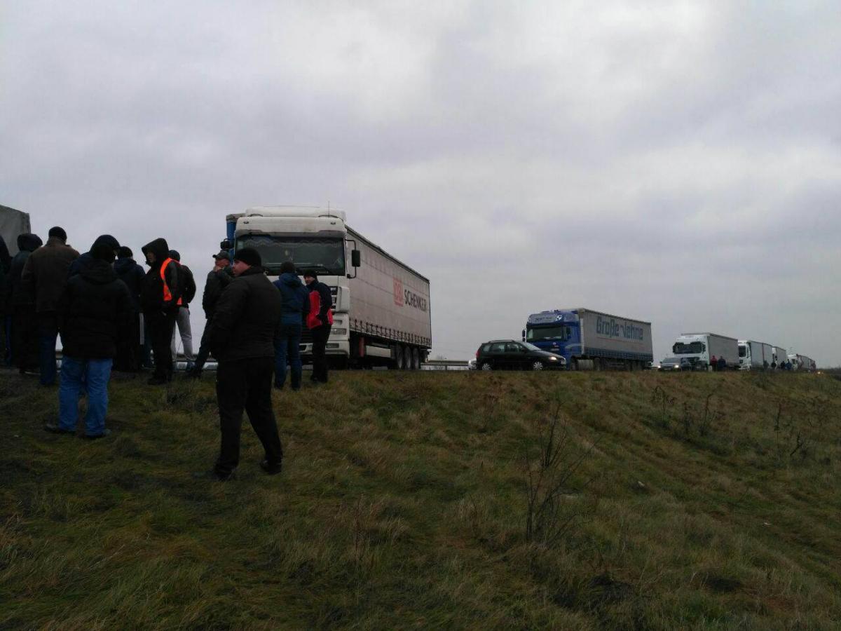 Водії сотень фур заблокували пункт пропуску накордоні зПольщею