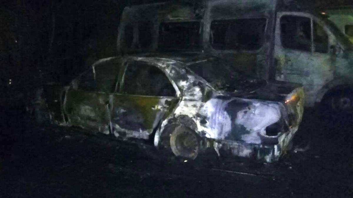 Наавтостоянці уЛьвові згоріли два автомобілі тапричіп