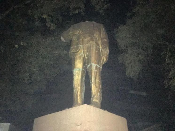 Одеські активісти «відтяли» голову відреставрованому Леніну