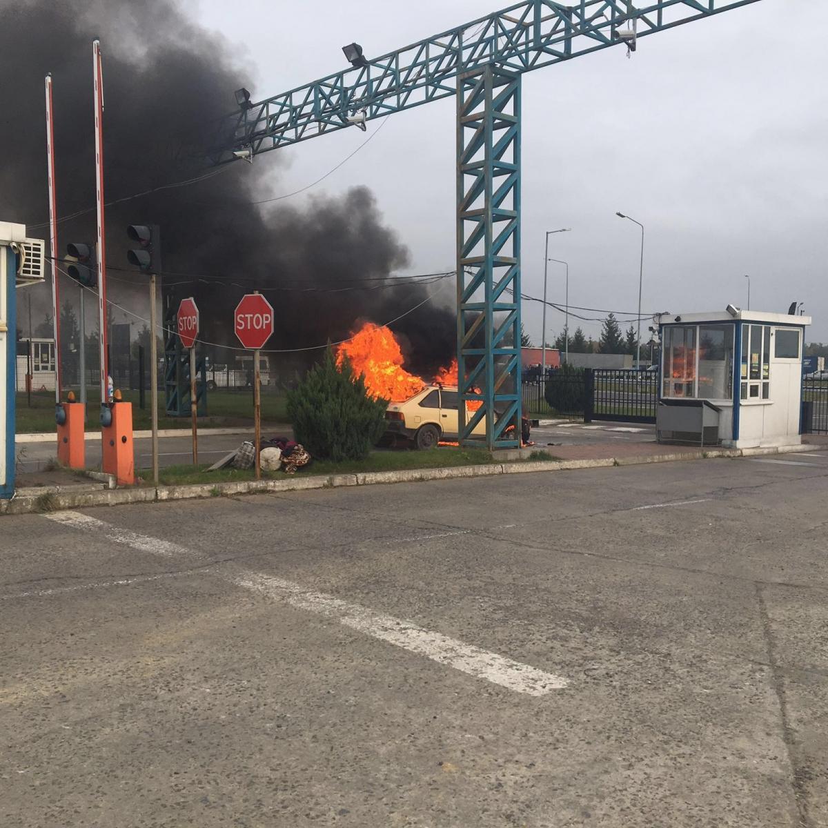 Упункті пропуску «Краківець» накордоні зПольщею загорівся автомобіль