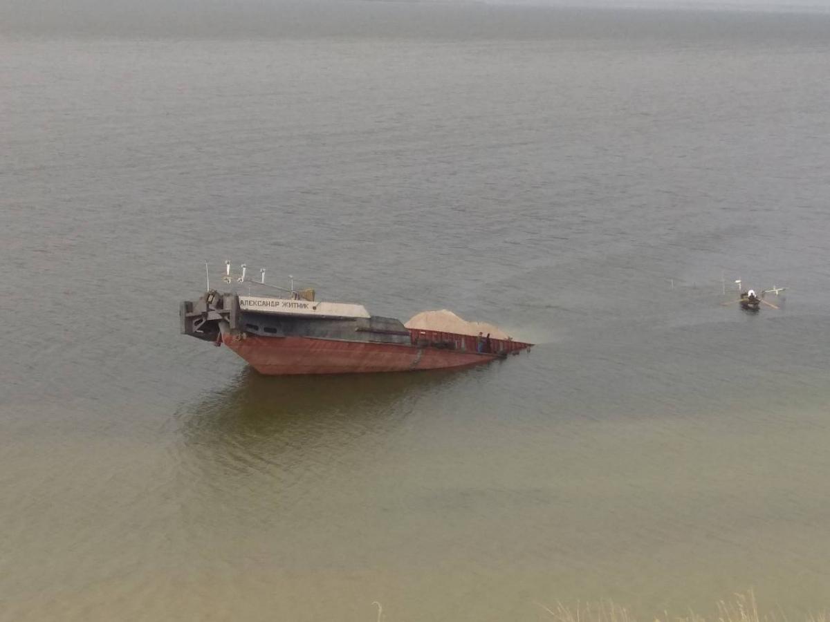 УКаховському водосховищі затонула баржа знафтопродуктами