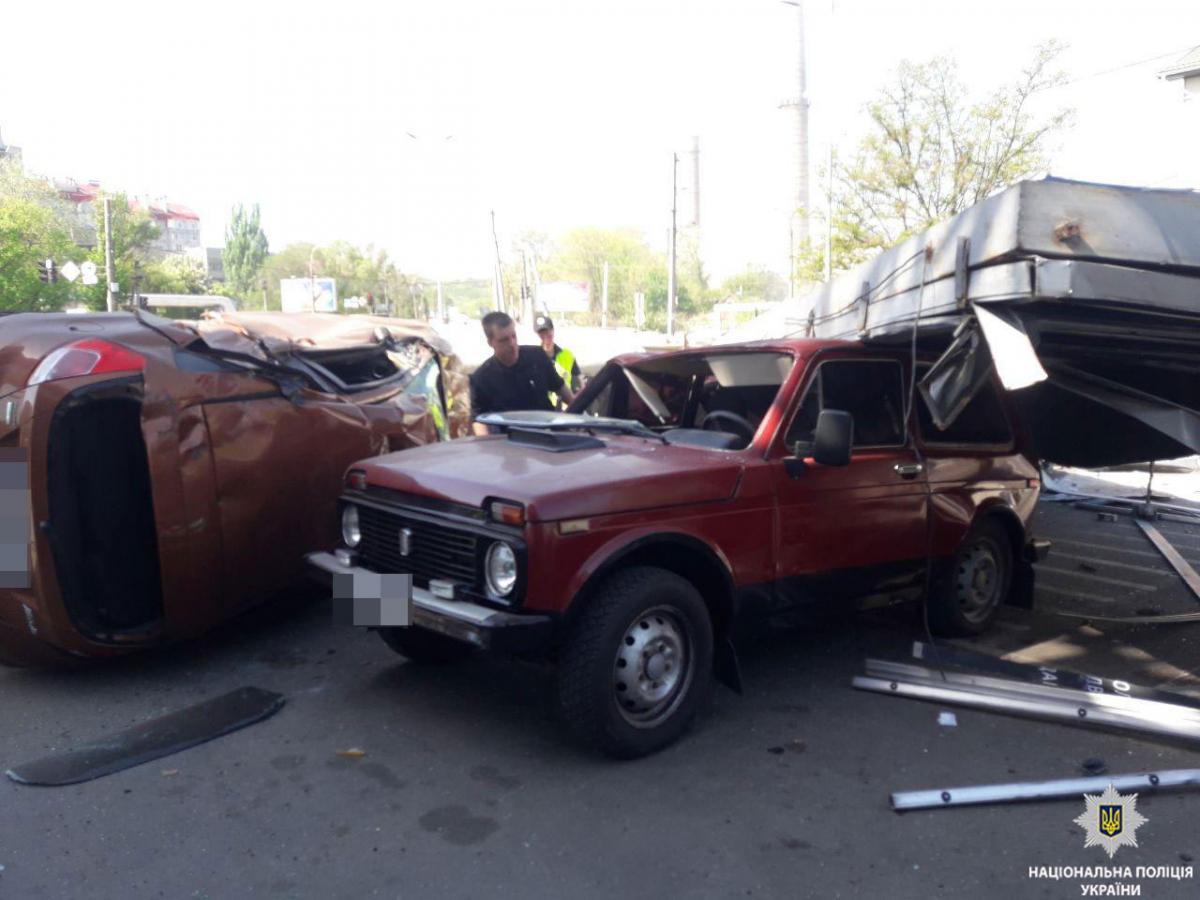 У Дніпрі вантажівка протаранила 10 автомобілів: є загиблий (ВІДЕО)