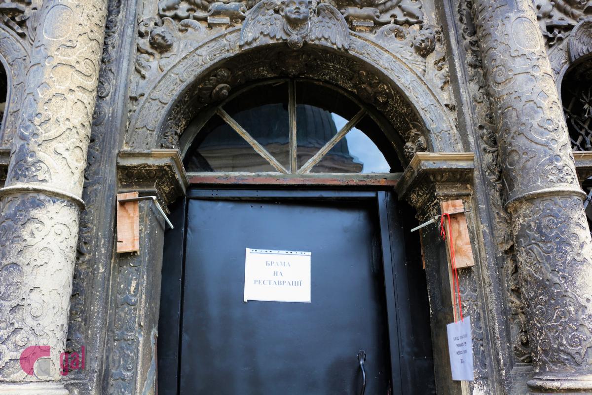 Як це було: в каплиці Боїмів винесли металеві двері фото 1
