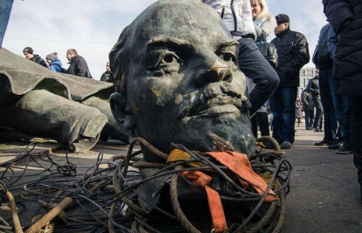 НаОдещині нарешті демонтували пам'ятник Леніну