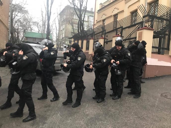 ЗМІ: Саакашвілі погрожує стрибнути здаху будинку, якщо його торкнуться правоохоронці