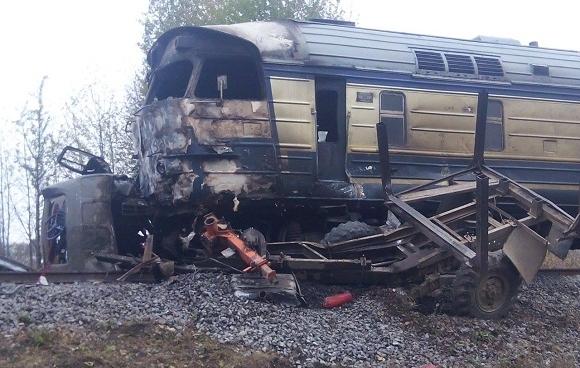ДСНС: пасажирський потяг зіткнувся з лісовозом на Вінниччині, 3 людини загинули