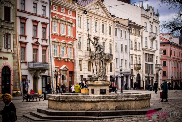 lviv_ploshcha_square_rynok_fontan_neptun.jpg