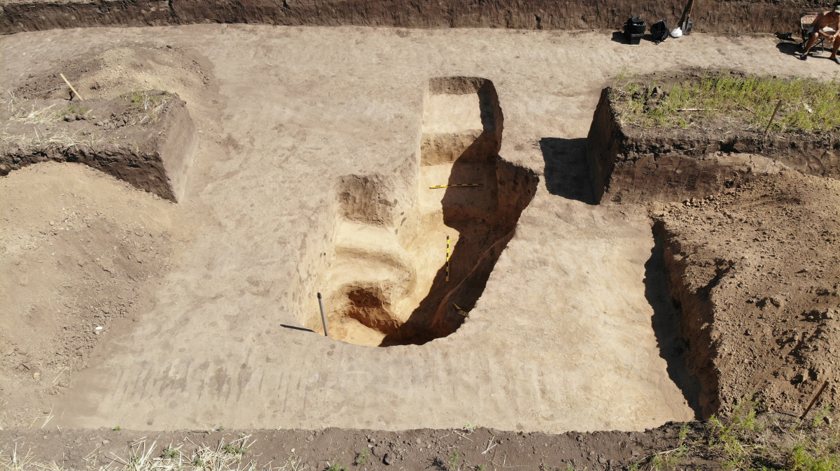 Поховальна споруда скіфського часу (VI-III ст. до н.е.) Вона складалась з входу - двох сходинок вирізаних у материковій глині, а також двох камер – першої невеликої, де збереглися незначні людські рештки та фрагменти ліпних посудин; та другої – основної, яка була пограбована декілька разів. В останній виявлено сильно фрагментовані кістки людини, а також фрагменти імпортного посуду – кружальних амфор. Фото - РАС.