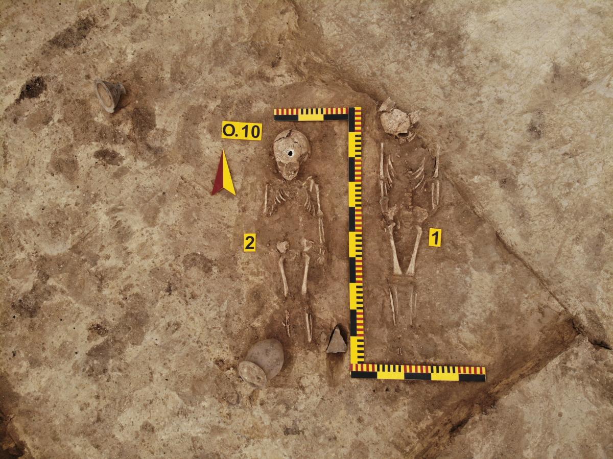 Парне дитяче сарматське поховання (ІІ-ІІІ ст. н.е.) Частково пограбоване, супровідни. Фото - РАС.
