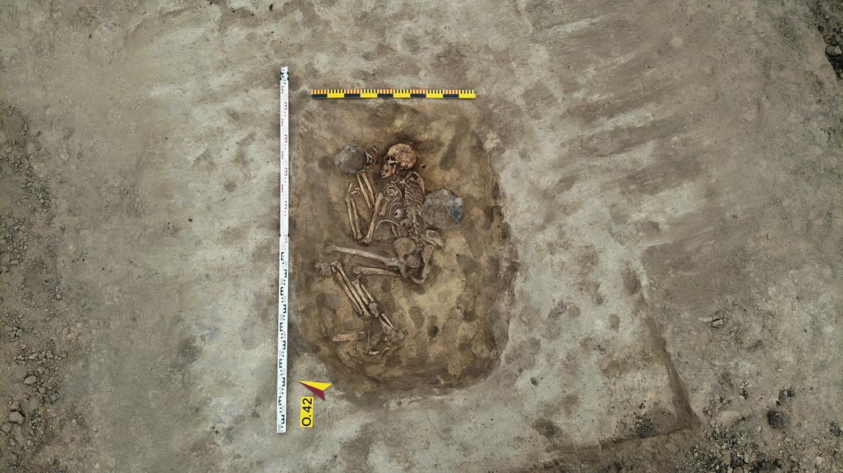 Поховання зрубної культури (сер. ІІ тис. до н.е.) Супровідний матеріал - дві ліпні посудини, а також крем'яний відщеп. Фото - РАС.