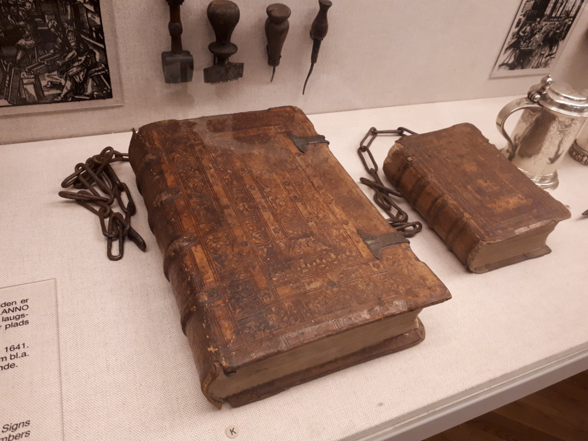 Книги 1551-го року (Женева) та 1573-го року (Віттенберг), що були прикуті ланцюгами аж до середини ХІХ ст. Національний музей Данії. Фото - Symbolon.