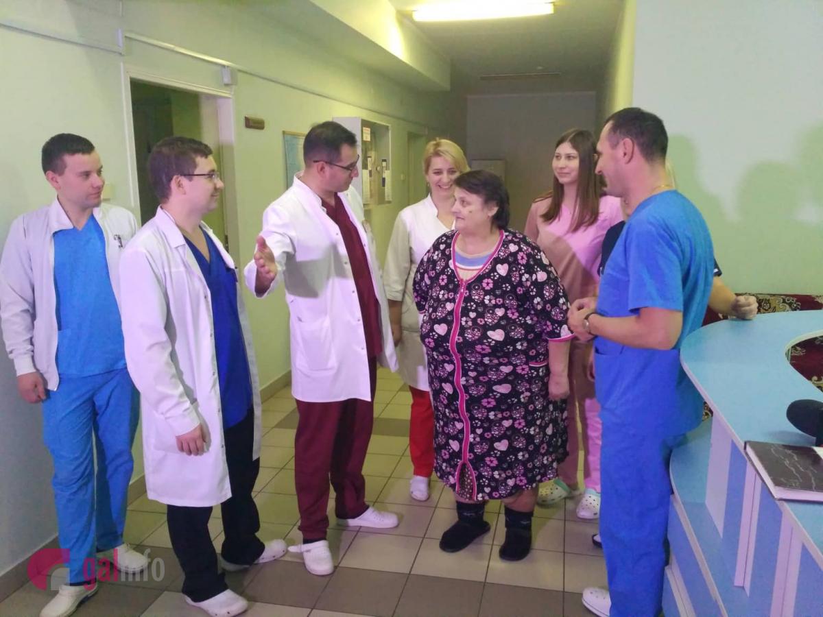 Команда лікарів з пацієнткою. Фото - Гал-інфо.