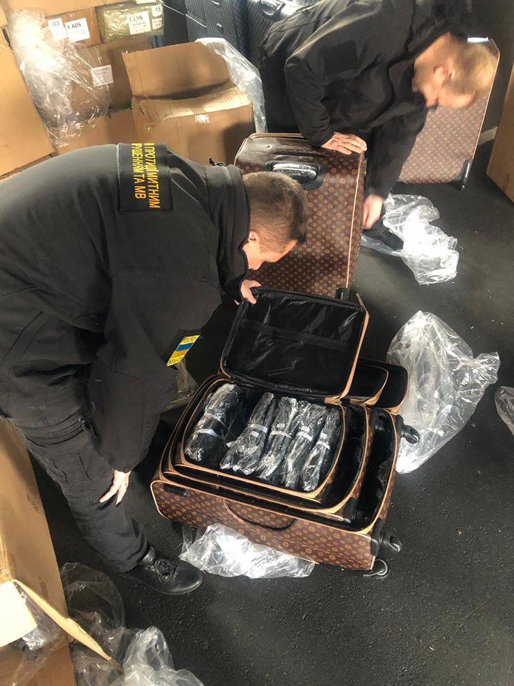 38e02e40 Новини України: На Одещині вилучено брендові сумки вартістю понад 8 ...