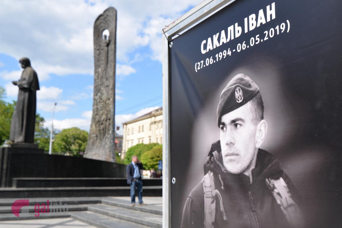 На площі перед пам'ятником Тарасу Шевченку прощаються 24 – річним бійцем Іваном Сакалем. Фото Гал-інфо, Олена Ляхович