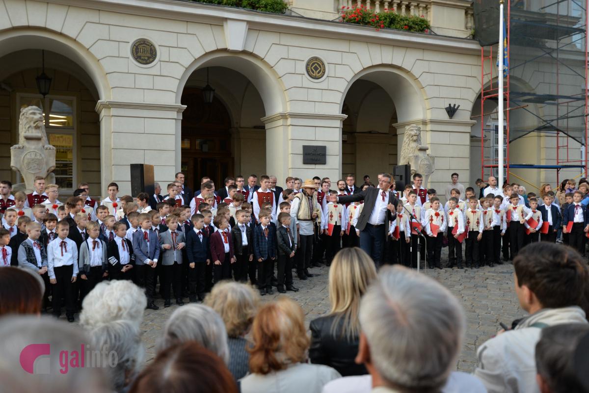 Новини Львова: На львівській площі Ринок заспівав Дударик
