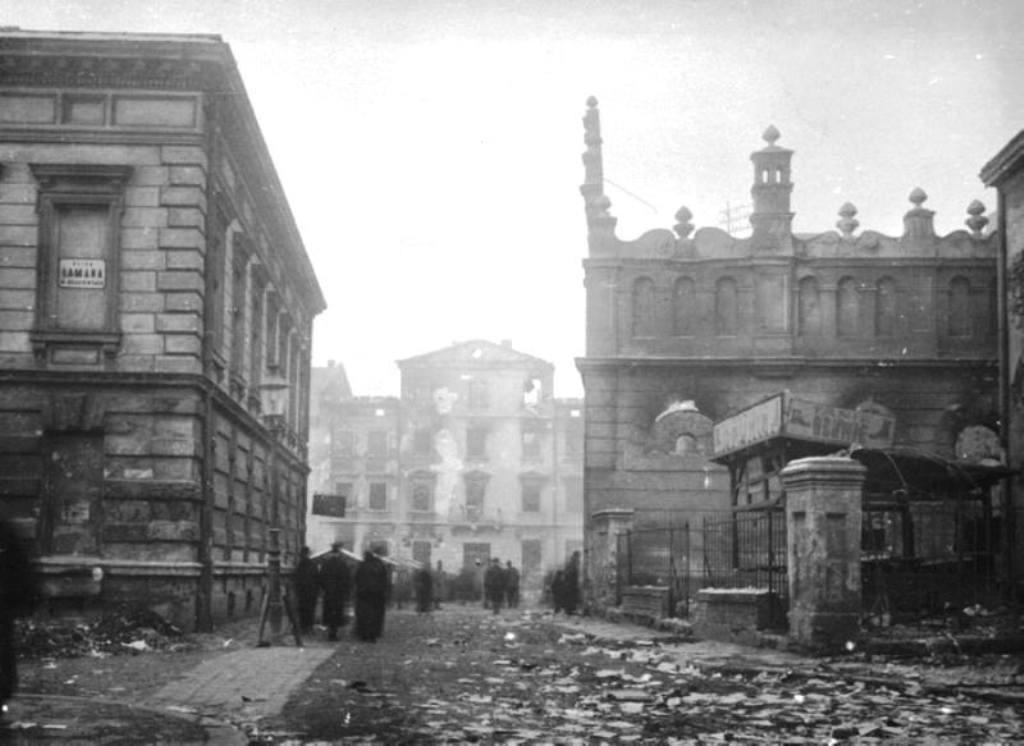 Вул.Лазнева і синагога Хасидім Шул після погрому в 1918 р. Фото з uk.wikipedia.org.